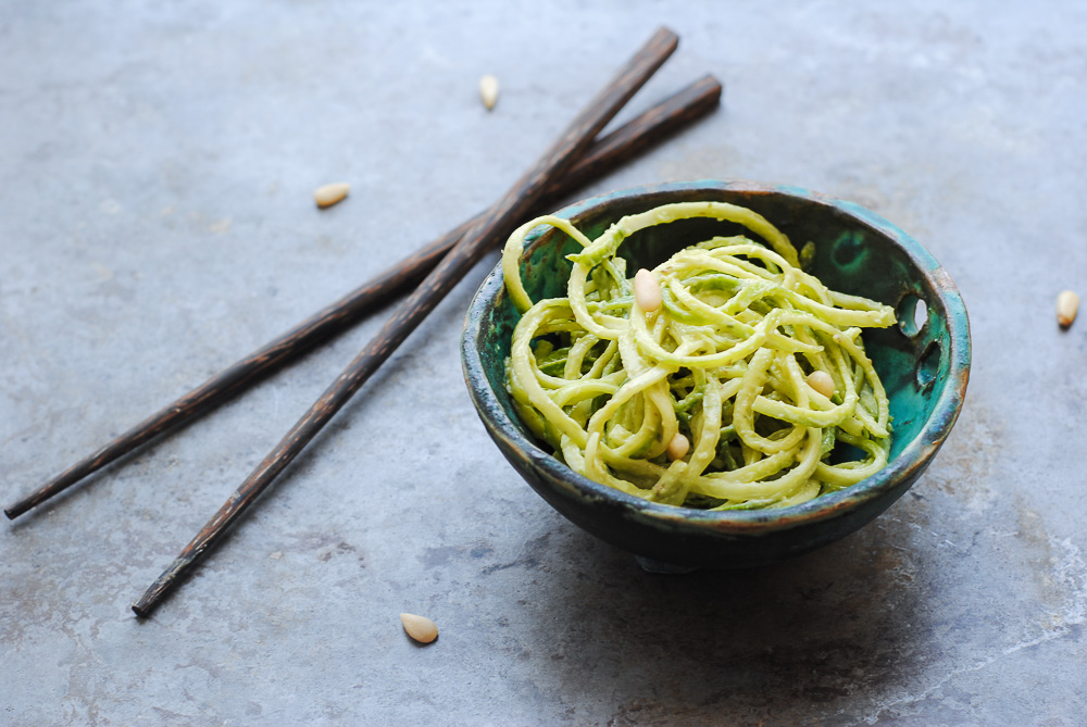 Pesto avocado με noodles κολοκυθιού