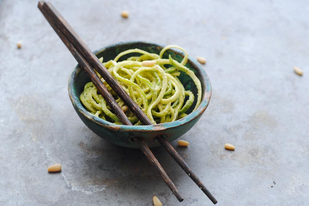 noodles kolokythiou me saltsa avocado
